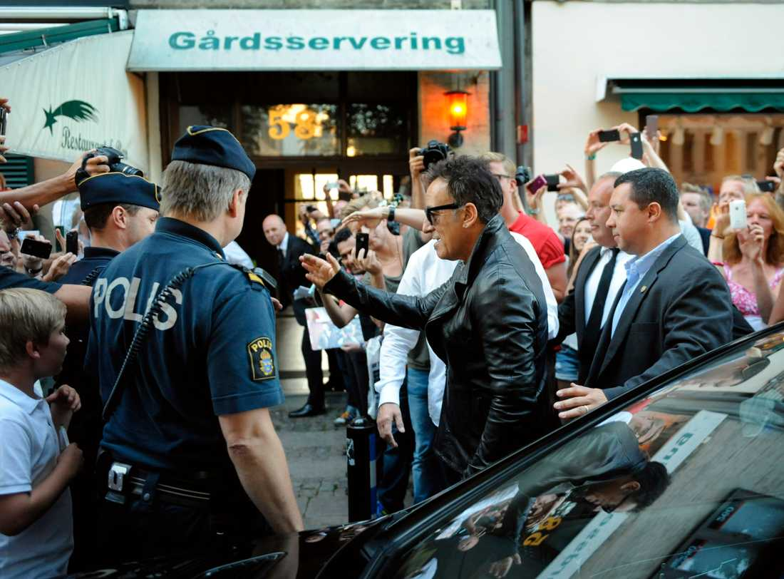 """""""Bossen"""" hälsar på väntande fans utanför restaurang Kometen."""