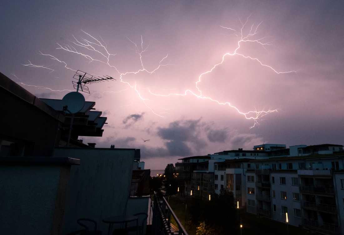 SMHI varnar för åska och regn.