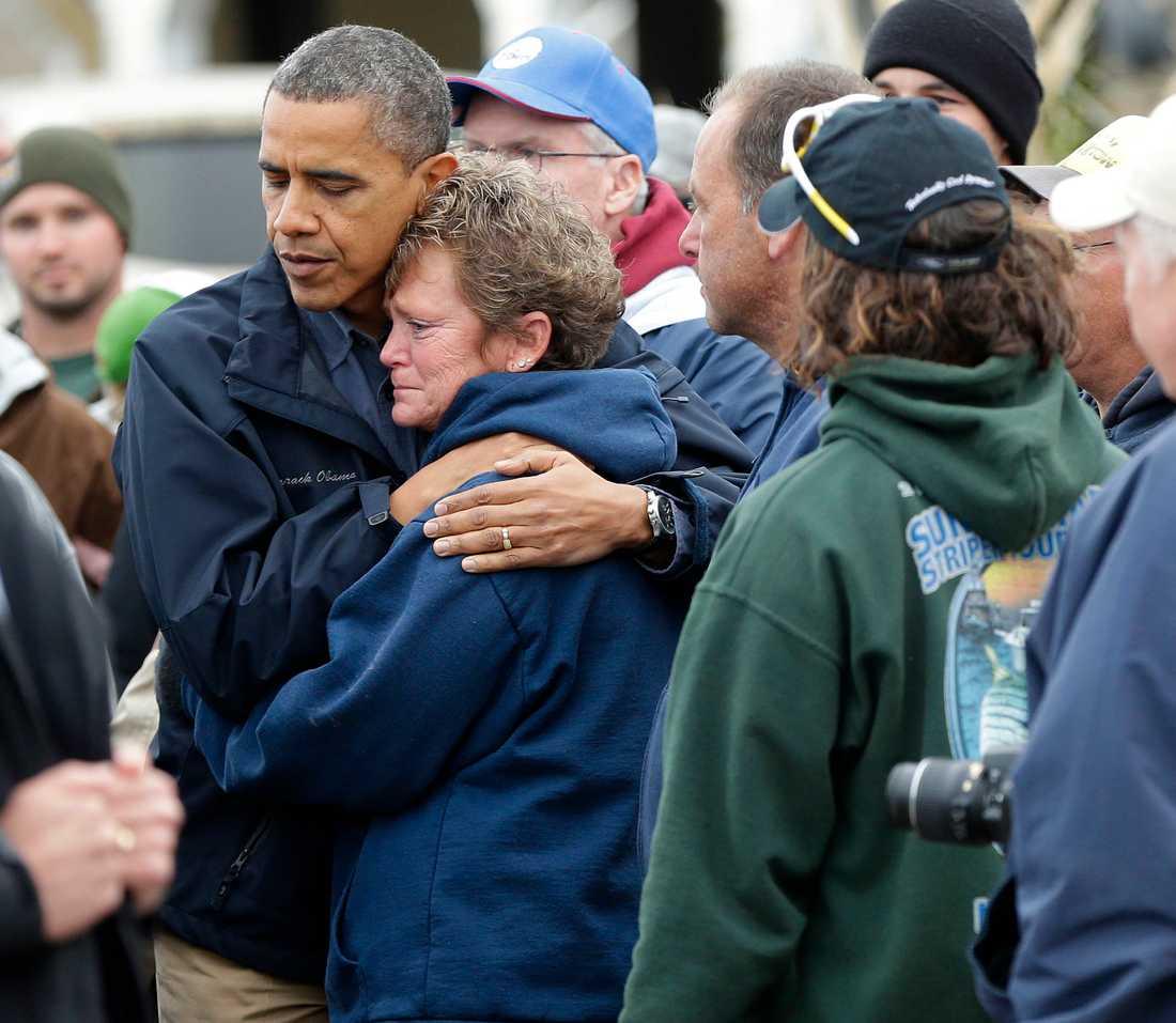 President Barack tröstar Donna Vanzant derabbad av stormen Sandy oktober 2012.