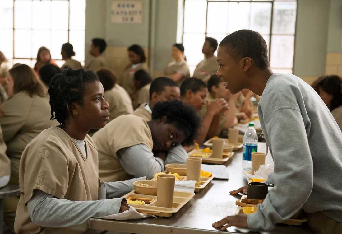 "Samira Wiley (till höger) som Possey i ""Orange is the new black""."