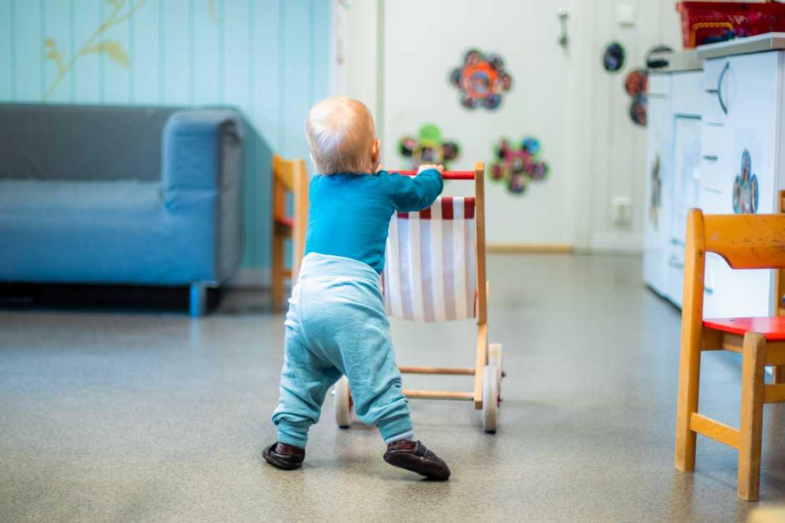 Barnläkaren ger råd till personalen i förskolan.