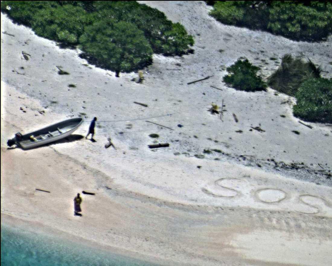 Linus och Sabina Jack var skeppsbrutna på en ö Mikronesien men räddades tack vare att nödmeddelande skrivet i sanden.