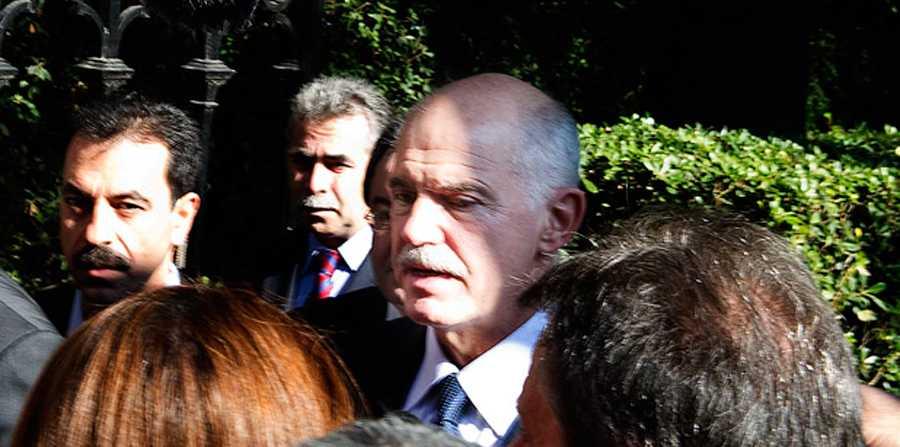 Papandreou lämnar mötet med presidenten.
