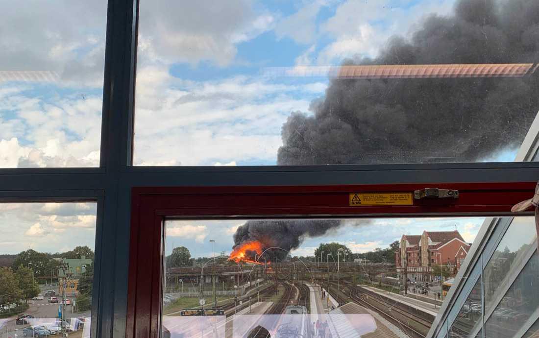 Det brinner kraftigt i en byggnad i Hässleholm.