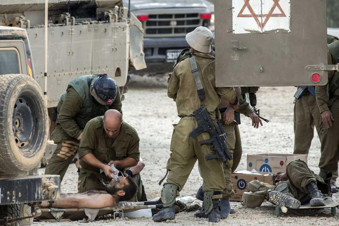 Skadade israeliska soldater får vård.