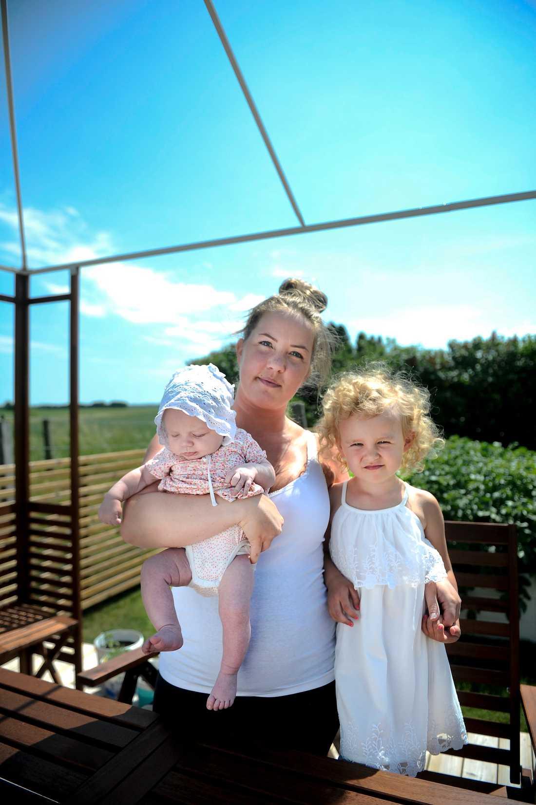 Catja Karlberg, med minstingen Anja, i dag 3 månader och Ella, 4 år. På grund av stomin får Catja hjälp av sin mamma och sin svärmor med ärenden.