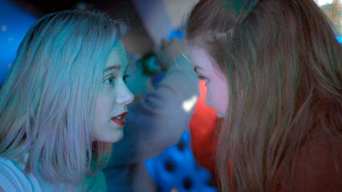 Noora (Josefine Frida Pettersen) och Eva (Lisa Teige).