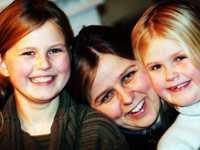 Simone, mamma Annika och Olivia.