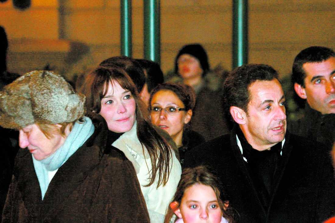Politisk fiende Carla Bruni, till vänster, gillar inte Sarkozys politik. Däremot verkar hon gilla personen Sarkozy bättre.