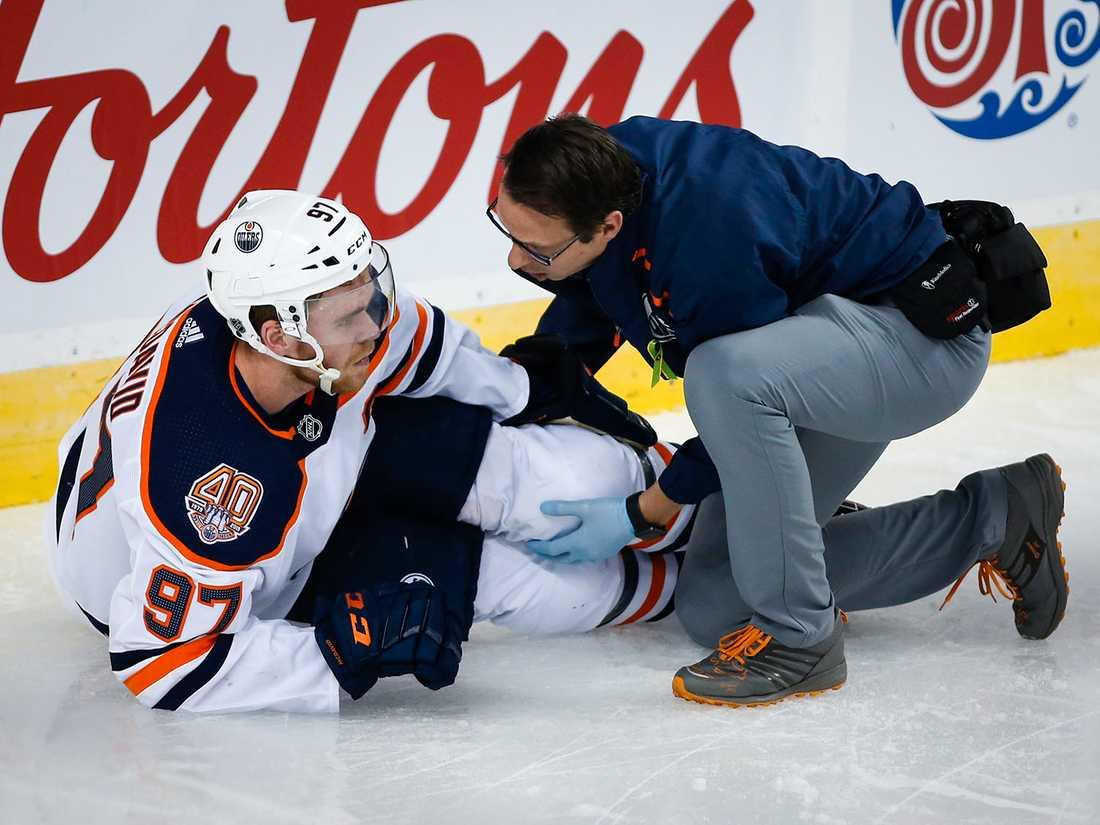 Connor McDavid behandlades på isen i Calgary