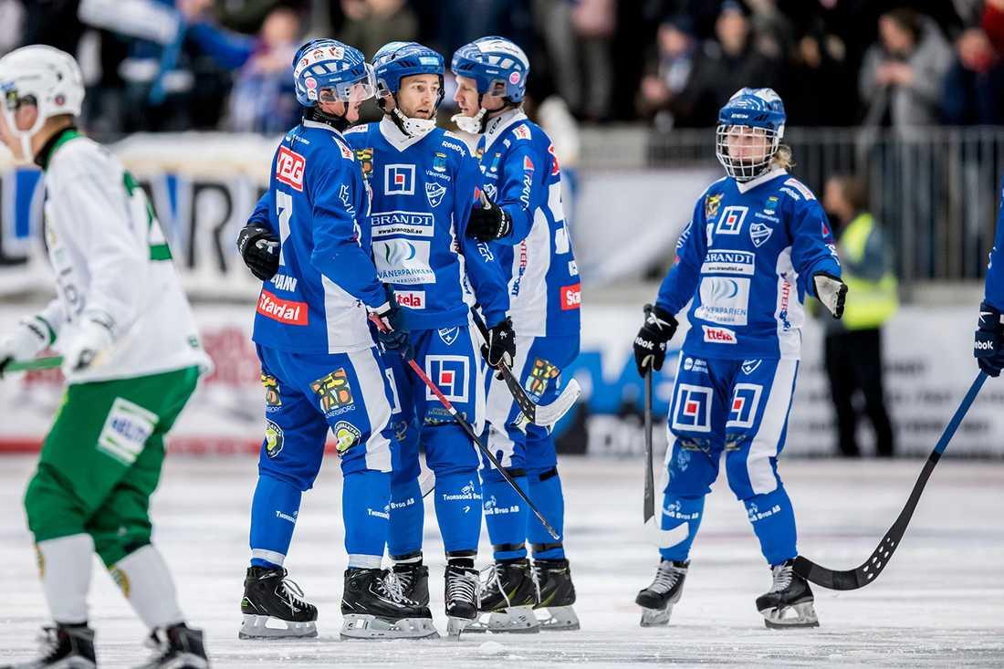 Vänersborg jublar efter Joakim Hedqvists 3-0-mål mot Hammarby. Ett av hans fyra mål i kväll.