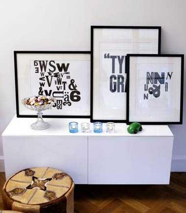 """Lisa har själv gjort dessa screentryckta tavlor. """"Jag tycker om bokstäver väldigt mycket. Det är kul och enkelt att göra saker själv och sätta prägel på hemmet"""", säger hon."""