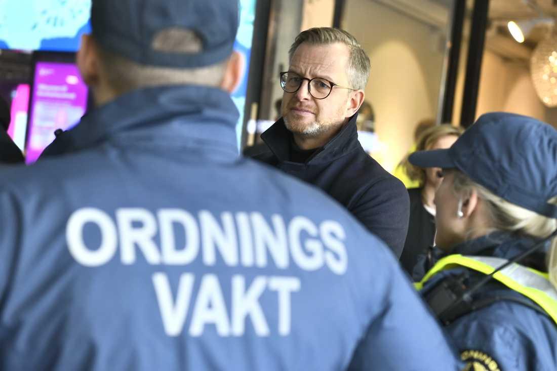 Inrikesminister Mikael Damberg (S) tillsammans med flera ordningsvakter. Arkivbild.