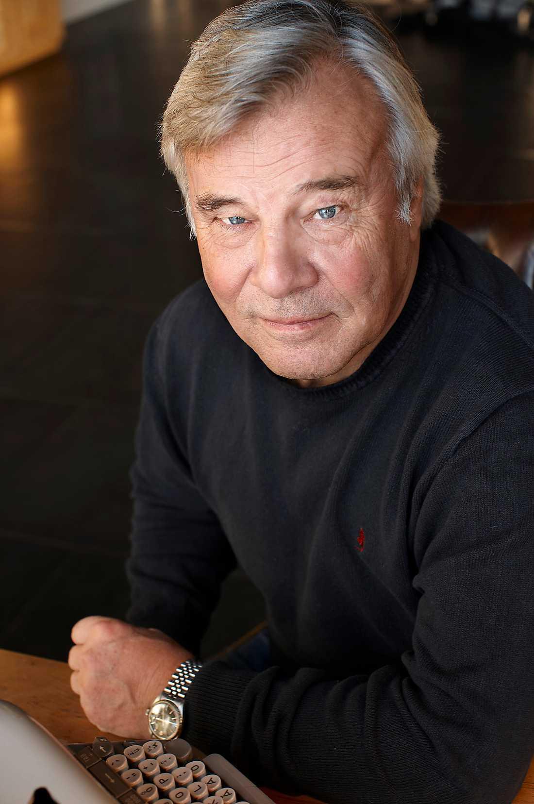 Glimrande Jan Guillous (född 1944) nya roman utspelar sig bland dandys och storviltsjägare i början av förra seklet.