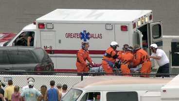 fördes direkt till sjukhus Direkt efter kraschen togs Kenny Bräck omhand av vårdpersonal och fördes till racerbanan Texas Motor Speedways sjukhus. Sedan flyttades Bräck med helikopter till Parklands Hospital i Dallas där han i natt opererades för sina skador.
