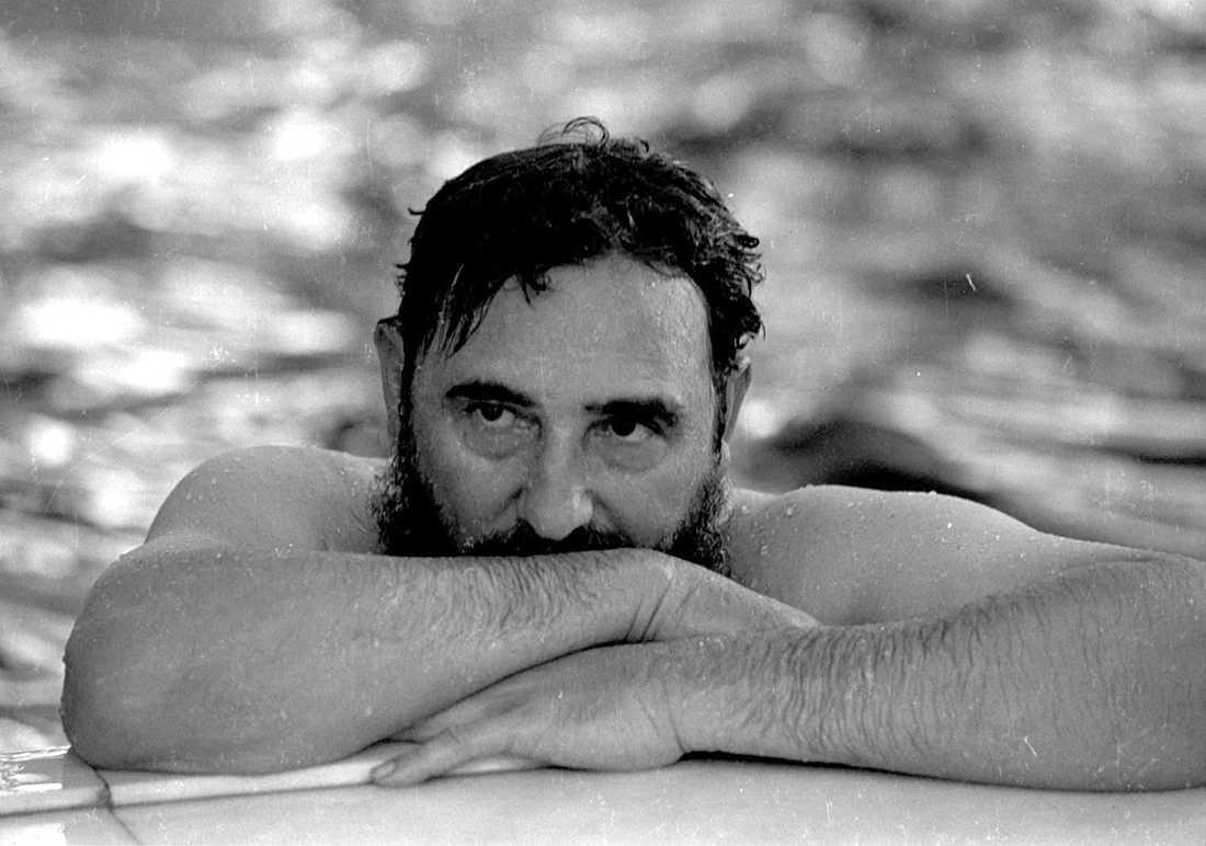 Fidel Castro kopplar av i en swimmingpool 1972.