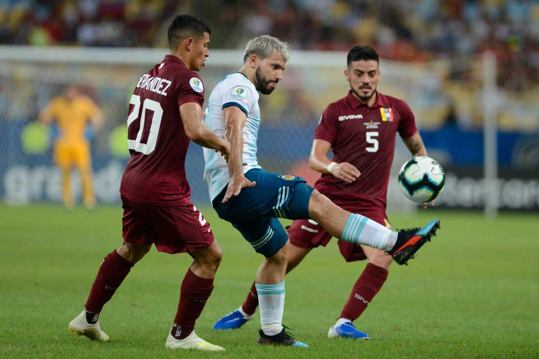 Sergio Agüero, i mitten, var inblandad i båda Argentinas mål.