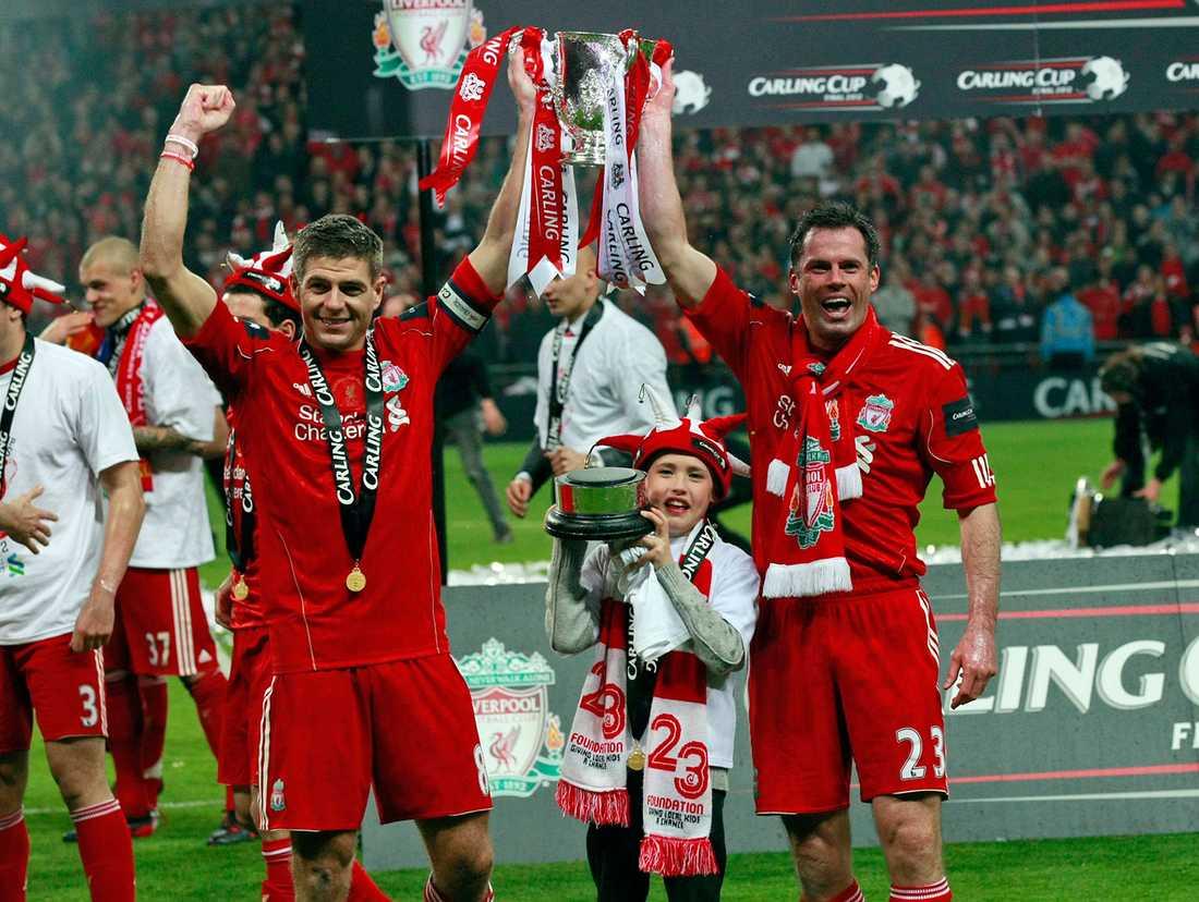 Steven Gerrard och Jamie Carragher efter segern i ligacupen 2012.