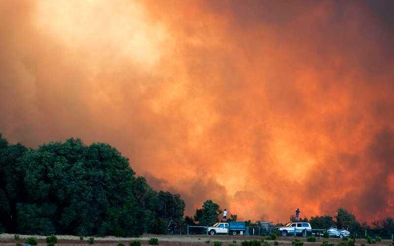 Bybor tittar på en brand i Margaret River i västra Australien.