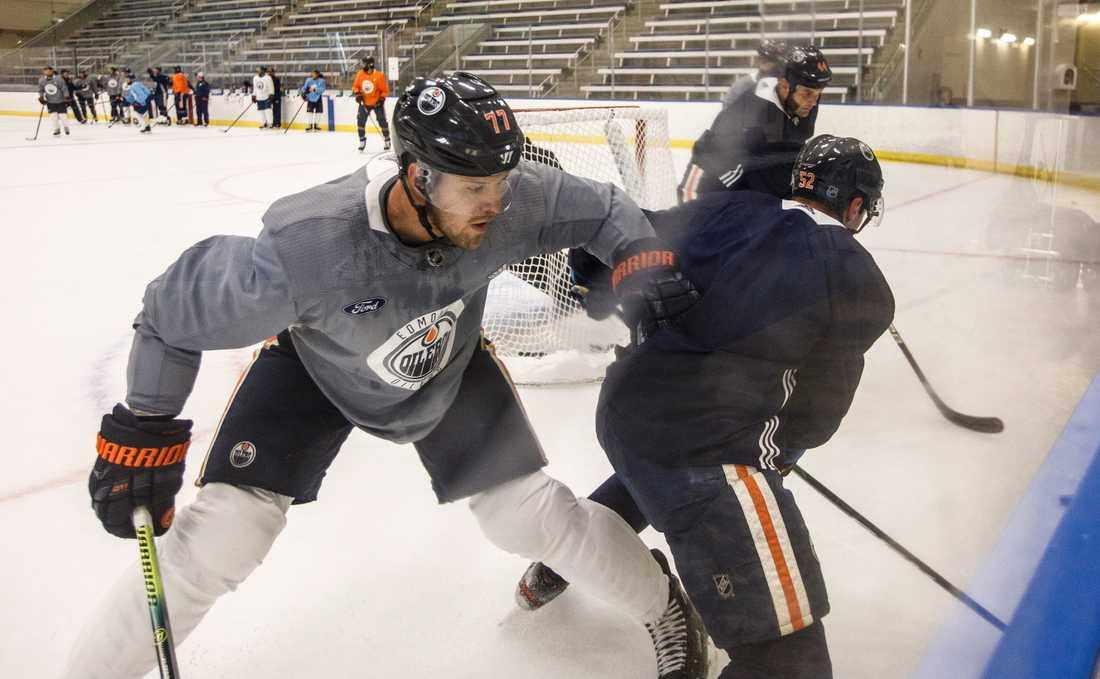 Oscar Klefbom (i grå tröja) under Edmontons träning inför sommarens NHL-slutspel.