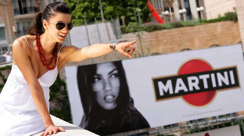 Sug i blicken. Jessica Paces blick blev för mycket för F1-förarna i Monaco. Reklamskylten med modellen plockades bort efter förarprotester.
