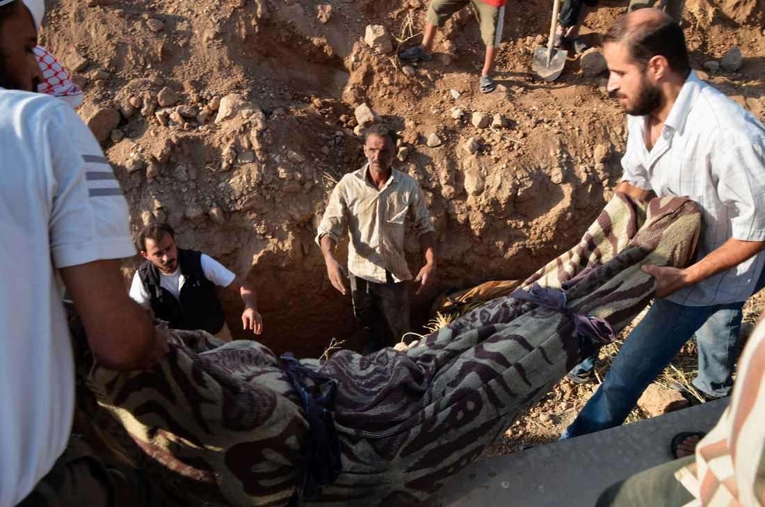 En död person efter attacken begravs av en grupp män.
