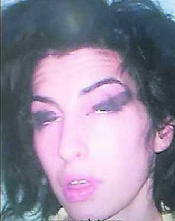 Amy Winehouse greps den 7 maj 2008 sedan Scotland Yard sett videon där hon rökte crack. Den brittiska soulsångerskan friades dock senare då det inte gick att bevisa vad hon rökte på videon.