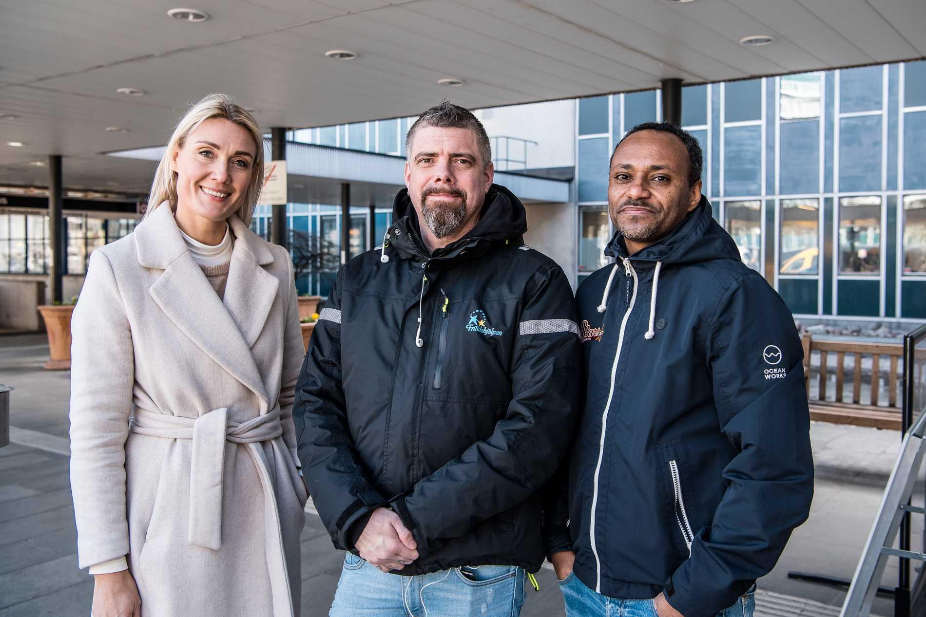 Linnea Sundqvist, Jesper Lindau och Simon Yemane utanför huvudentrén till Danderyds sjukhus.