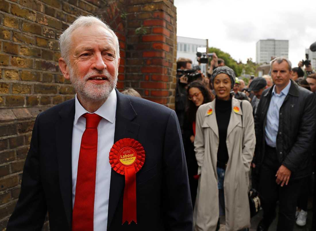 Labourledaren Jeremy Corbyn kommer ut från vallokalen i  London.