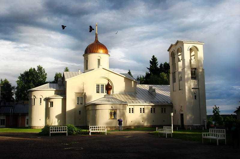 Juvelen i karelen Kälvemark skriver bland annat om Valamo kloster - där historia möter nutid.