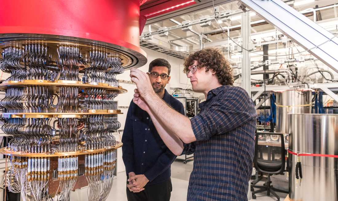Googles kvantdator består av 53 så kallade kvantbitar där varje bit fungerar som en artificiell atom, men som egentligen består av en supraledande krets. På bilden inspekterar Google-chefen Sundar Pichai (bakgrunden) kvantdatorn tillsammans med Daniel Sank.