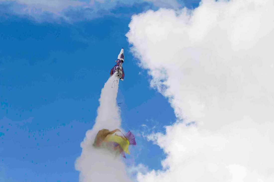 Mike Hughes, även kallad Mad Mike, sköt upp sig i sin raket i lördags. Sedan kraschade den.