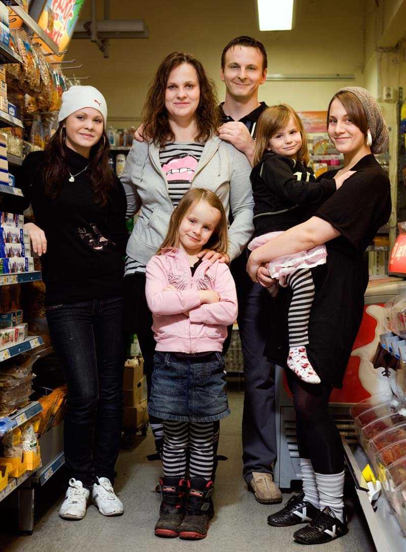 Modellfamilj Angela Weihs har fem egna barn och fyra av dem har då och då jobbat som modeller. Här hela familjen utom sonen Shawn: Celine, 17, Angela och sambon Peter, Jennie, 20 med Belle, 5 och framför står Nikita, 7.