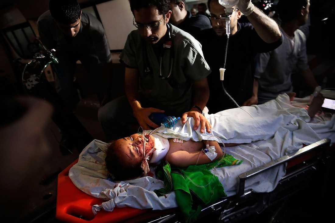 En svårt skadad ung flicka bärs in på bår på akutmottagningen i Gaza.