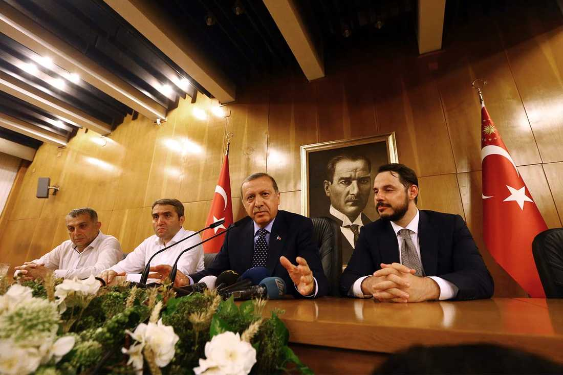 Turkiets president Erdogan under en presskonkonferens efter kuppförsöket i Istanbul.