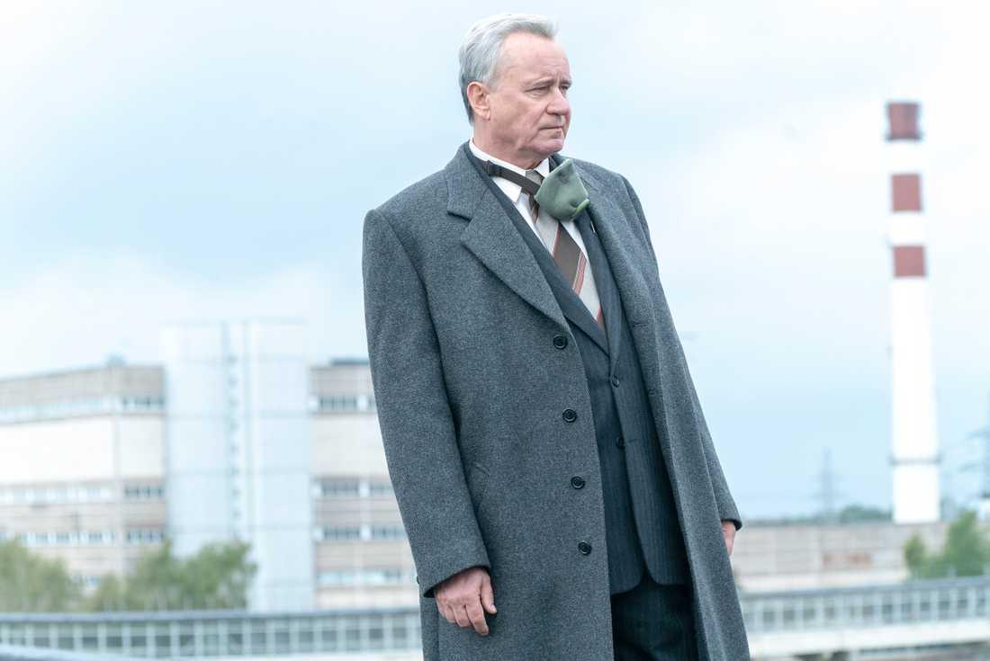 När kärnkraftverket i Tjernobyl exploderar drar den sovjetiska dementiapparaten i gång. Stellan Skarsgårds rollfigur skickas av partiet för att undersöka vidden av katastrofen. Pressbild.