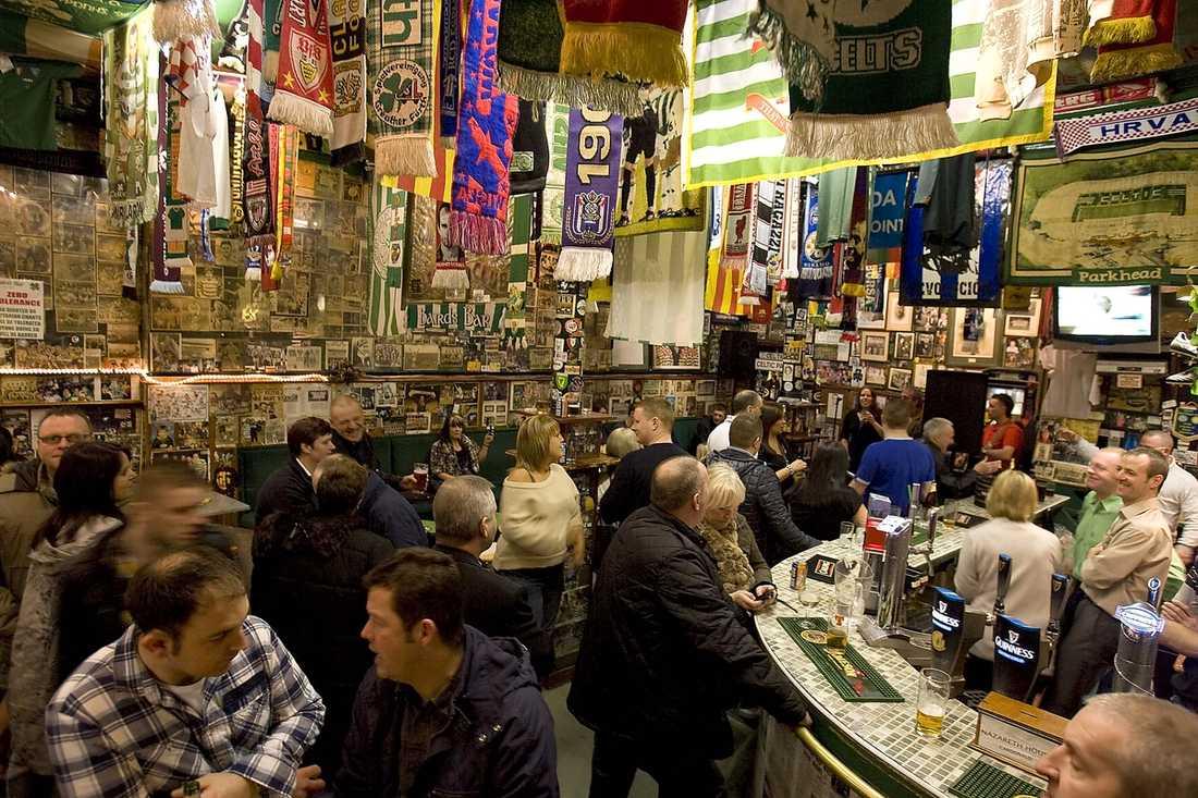På Bairds Bar är det fullt ös och fansen – har höga krav på klubbens senste värvning.