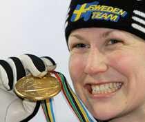 Helena Jonsson med guldmedaljen.