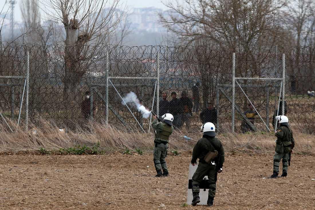 Grekisk polis skjuter tårgas mot migranter och flyktingar vid Kastanies, vid gränsen till Turkiet, under onsdagen.