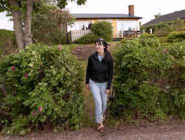 """Budgivningen började på 450000 kronor. När priset var uppe i 750000 gav sig de andra spekulanterna. """"Jag SKULLE bara ha det! """" berättar Emma om huset som hon köpte för sina Robinsonpengar."""
