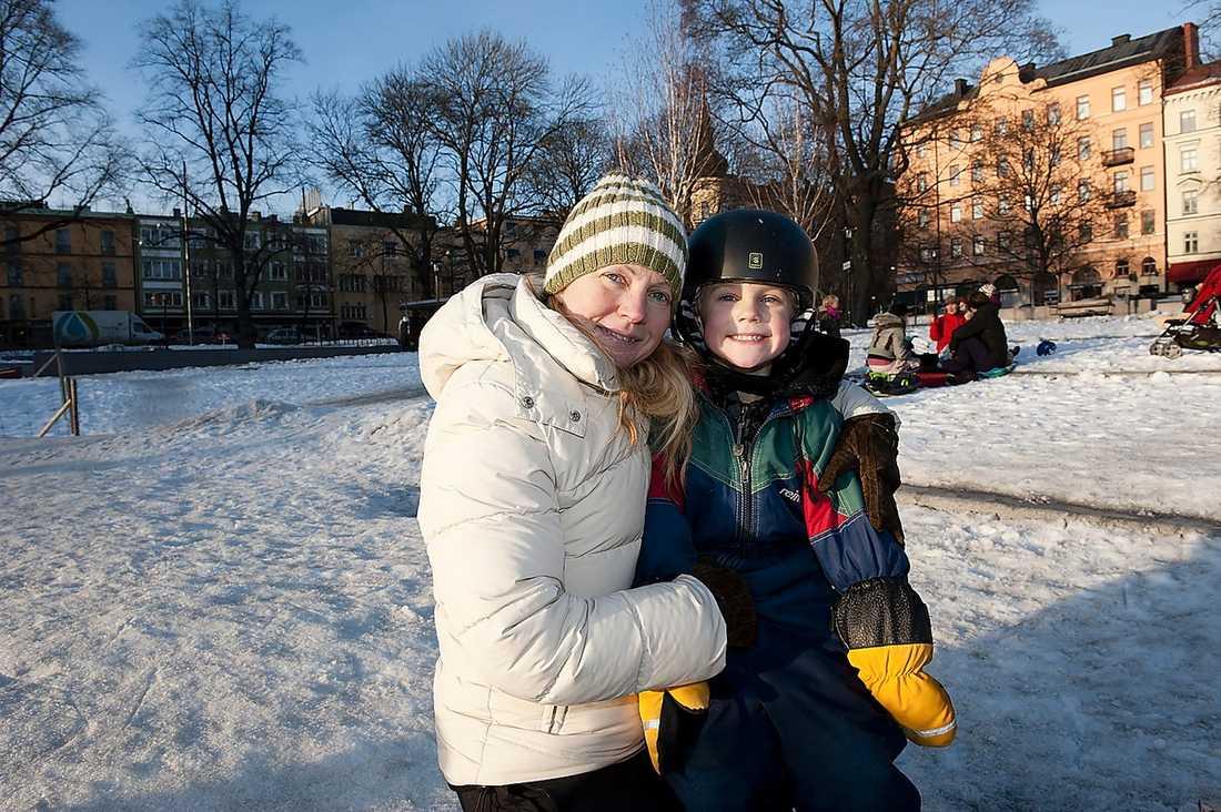 Anneli Gustafsson, 42, föräldraledig med en 1-åring. Här med sonen Edgar, 6: – Ja, i början kände jag press. Dels för att han var så liten och knappt klarade att gå längre än till klockan 16. Dessutom var det inte så personaltätt. Får se hur det blir nu – det beror nog på vilket dagis man hamnar på.