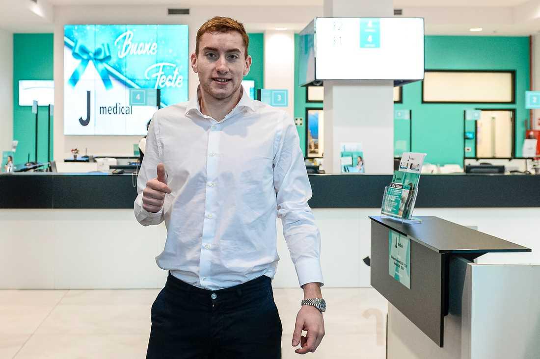 Dejan Kulusevski gav tummen upp i samband med att han anlände till den obligatoriska läkarundersökningen i Turin. Sedan skrev han på för Juventus.