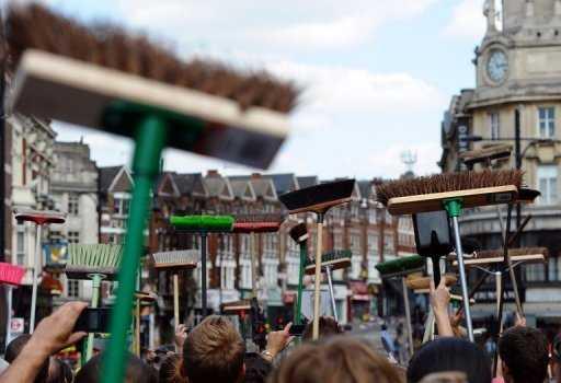 Tar staden tillbaka Hundratals Londonbor samlas för att hjälpas åt att städa upp och ta sin stad tillbaka. Hittills har 86670 personer på twitter sällat sig till städskaran.