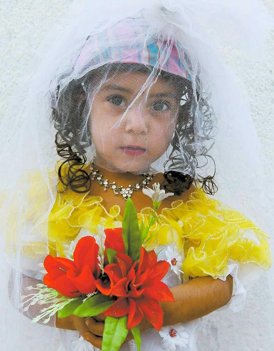 klädd till brud Treåriga Sunam kan inte prata ännu men har redan haft sin förlovningsfest.