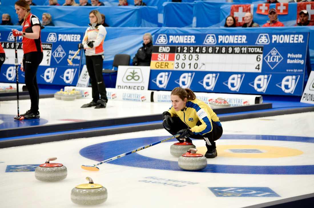 Skippern Anna Hasselborg och hennes lagkamrater Sara McManus, Agnes Knochenhauer och Sofia Mabergs möter i eftermiddag Schweiz i finalen av curling-VM. Arkivbild.