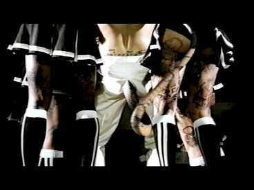 Robbies Williams nya video har många sexanspelningar. En orm letar sig ut ur hans byxor och slingrar sig under kjolarna på kvinnorna som omger honom.