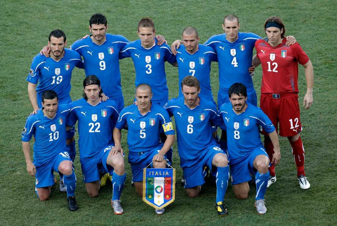 Vincenzo Iaquinta (bakre raden, två från vänster) med det italienska landslaget.