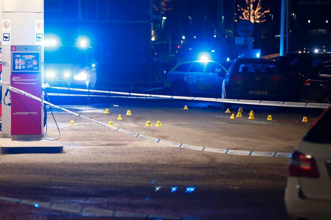 Hårda tag och fängelse löser inte gängkriminaliteten från grunden. Bild från bensinstation i Stockholm efter skjutning.