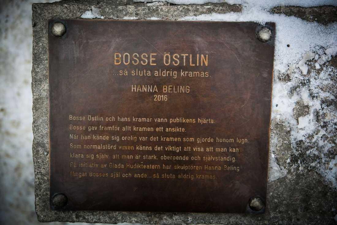 Bosse älskade kramar, och vid statyn sitter skylten med sitt viktiga budskap.