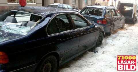 Förstördes av takraset Flera bilar krossades av stora isblock som föll ner från taken på Riddargatan i Stockholm i morse. Ett vittne berättar att bilägarna precis var på väg in i bilarna när isen föll.